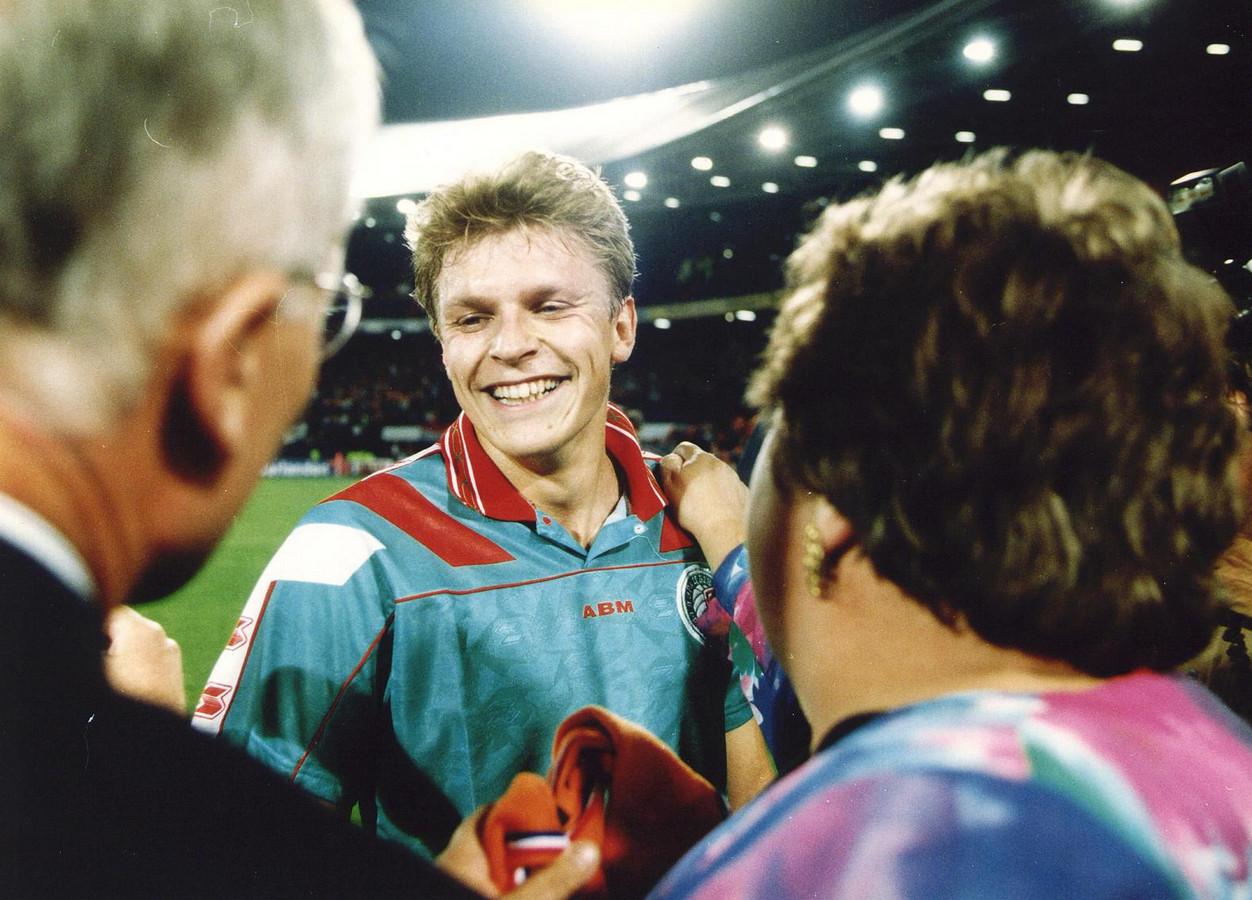 Youri Mulder zo blij als een kind na afloop van de wedstrijd Nederland - Wit-Rusland, in zijn geruilde shirt.