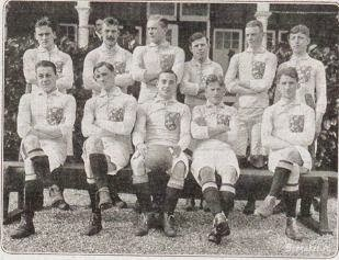 Teamfoto van Oranje uit 1914. Met rechtsonder Jan van Breda Kolff.